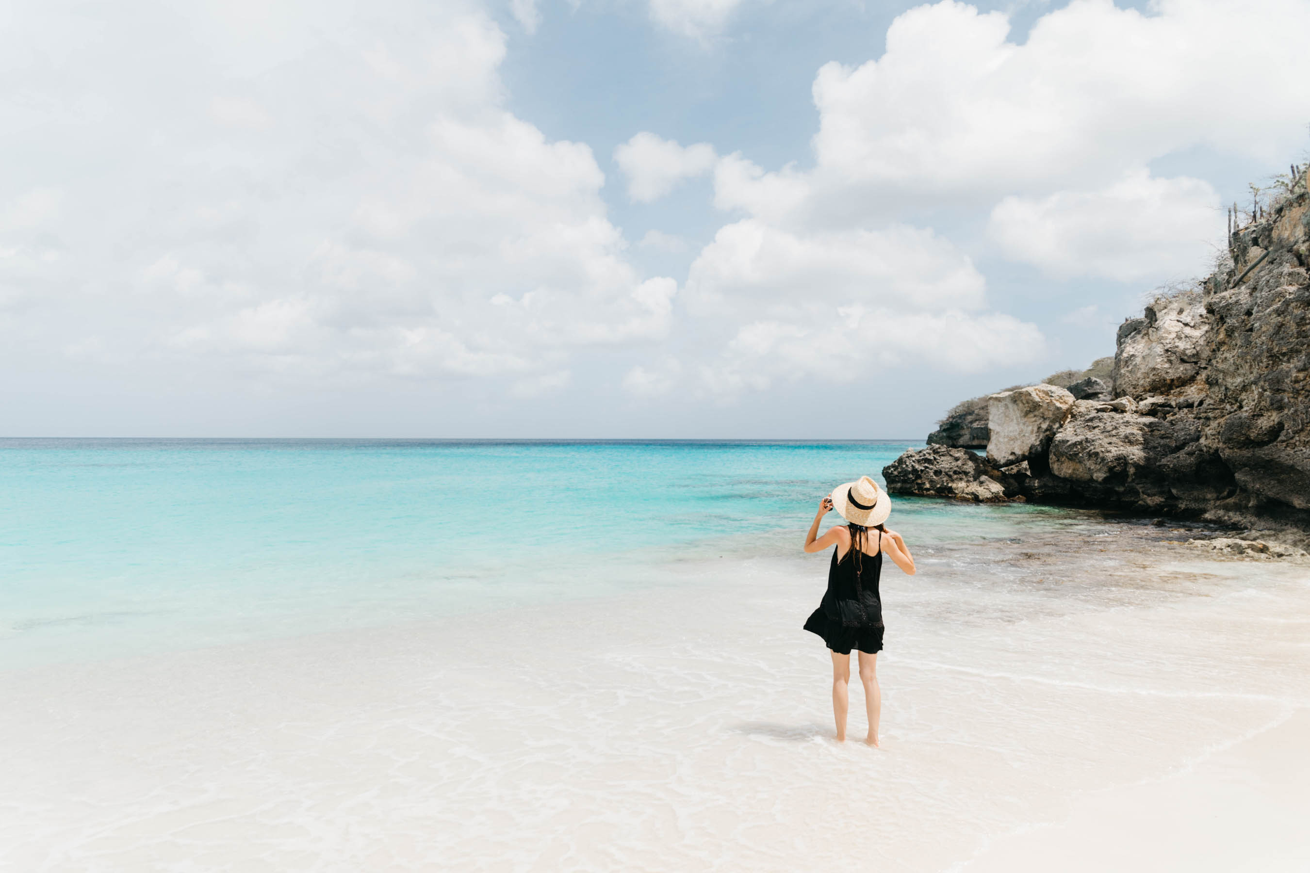 curaçao, kleine knip, pink bikini, venus swimwear, girl in bikini, quay sunglasses, straw hat